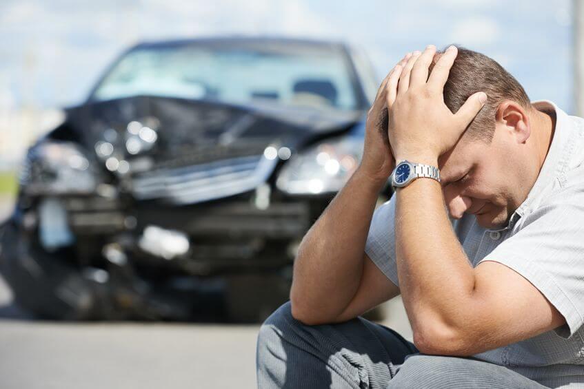 事故車を売却か修理で迷う男性