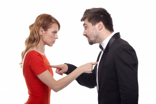 責任転嫁する男女